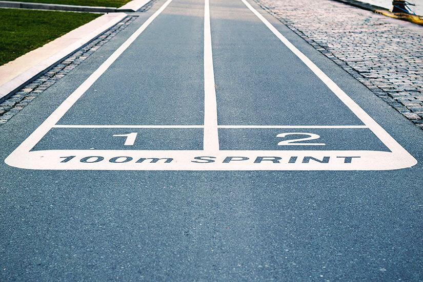 Pista 100m sprint in 2 corsie. Scuole di grafica in gara per le Olimpiadi della stampa.