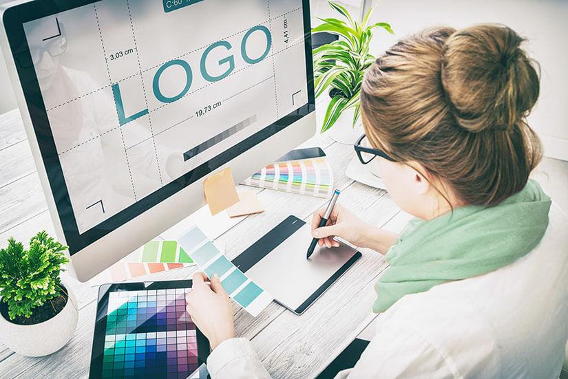 Grafica al lavoro per la creazione del logo perfetto.