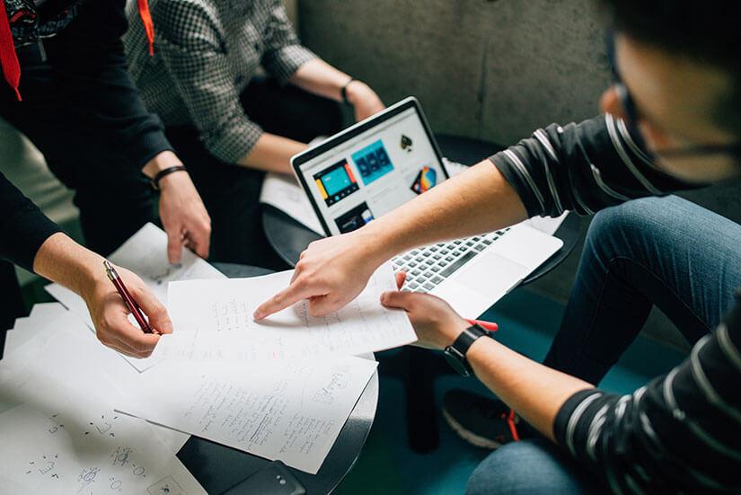 Ragazzi a lavoro sullo Storytelling per promuovere l'azienda.