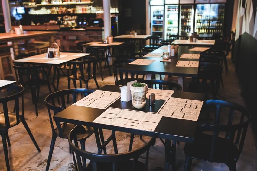 Menu, tovagliette e segnaposto di un tavolo di ristorante